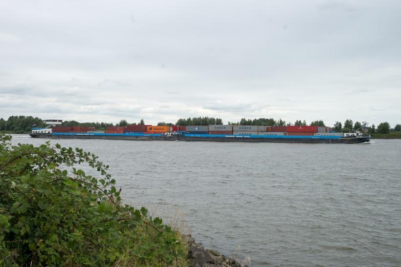 Containerschiffe auf dem Waal (Rhein)